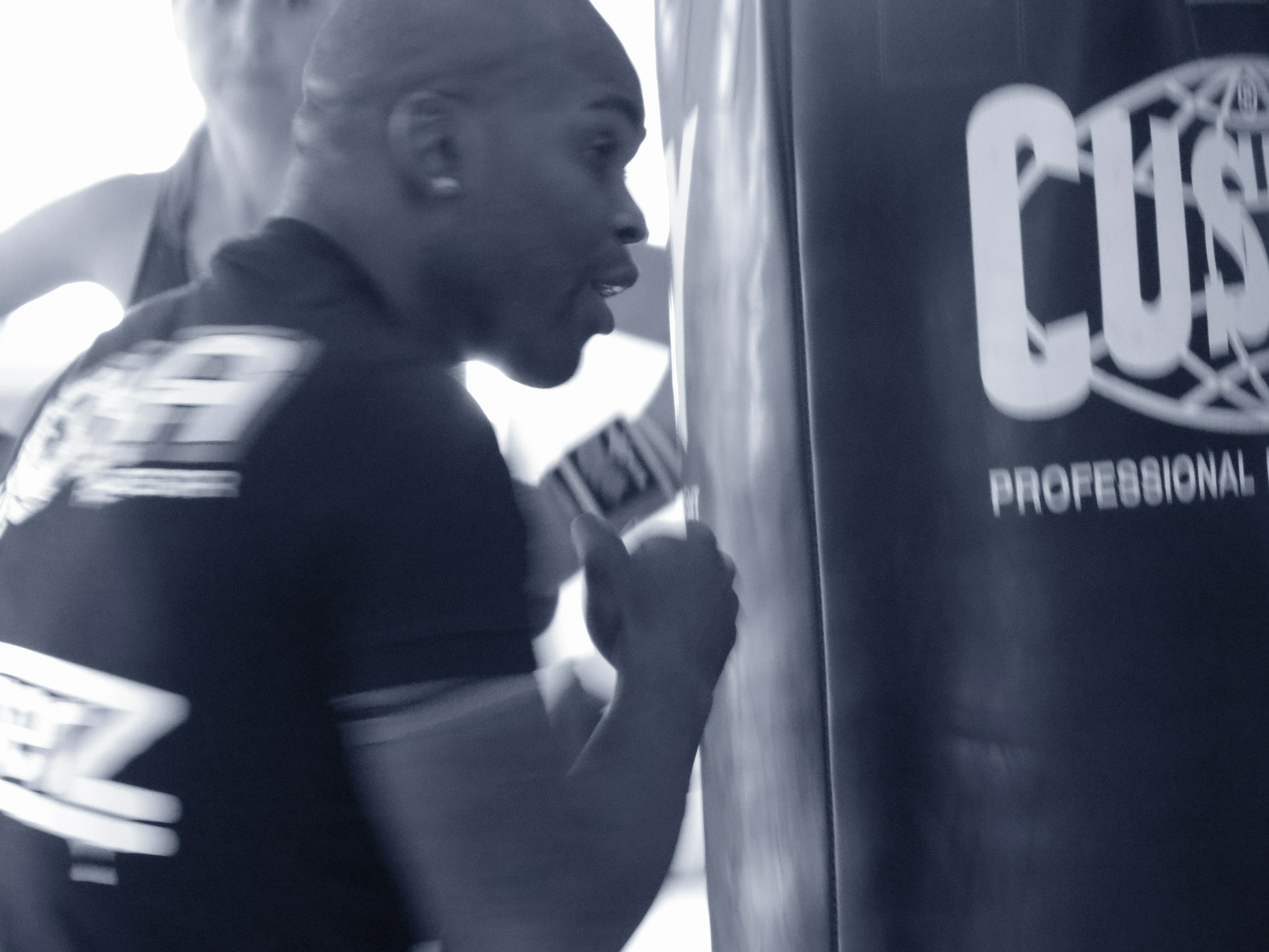 Can you Punch a Heavy Bag Without Gloves?